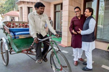 Akhilesh Yadav with Paytm CEO Vijay Shekhar and rickshaw puller Maniram. (Photo: Twitter/Akhilesh Yadav)