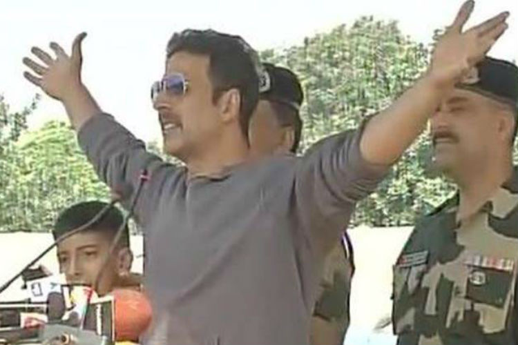 Akshay Kumar visits BSF Camp in J&K to pay tribute to martyrs [Watch]