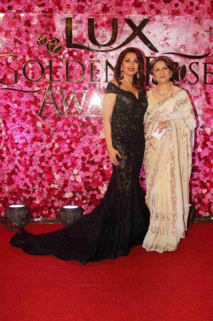 Bollywood actors Madhuri Dixit and Sharmila Tagore during the Lux Golden Rose Awards 2016 in Mumbai, India on November 12, 2016. (Utsav Devdutta/SOLARIS IMAGES)