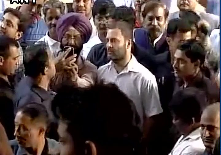 Rahul Gandhi stands in bank queue to exchange Rs 500, Rs 1000 notes