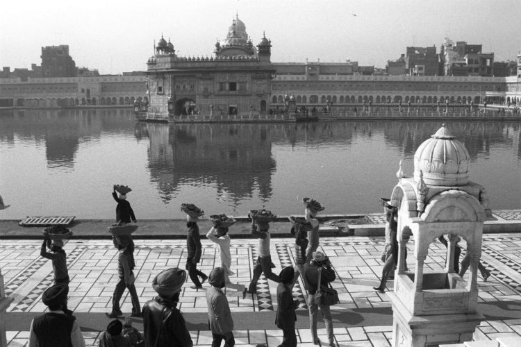 Kar Sevaks carrying debris after the Akal Takht was rebuilt following Operation Bluestar.