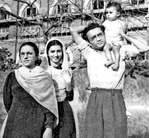 Manto with Safia (wife-far left), Zakia (Safia's sister-middle) and Nighat (daughter) (Photo: Brij Mohan. Bombay 1947)