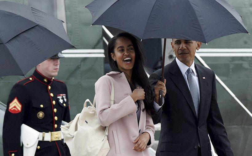 Malia Obama walks off of Marine One with her father President Barack Obama as they head to Air Force One at Andrews Air Force Base in Md., Thursday, April 7, 2016. The Obama's are traveling to Chicago where President Obama will speak at the University of Chicago Law School. (AP Photo/Susan Walsh)(AP4_8_2016_000001B)
