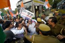 Cong stages 'RBI gherao' protest across nation against note ban, Sushil Kumar Shinde detained