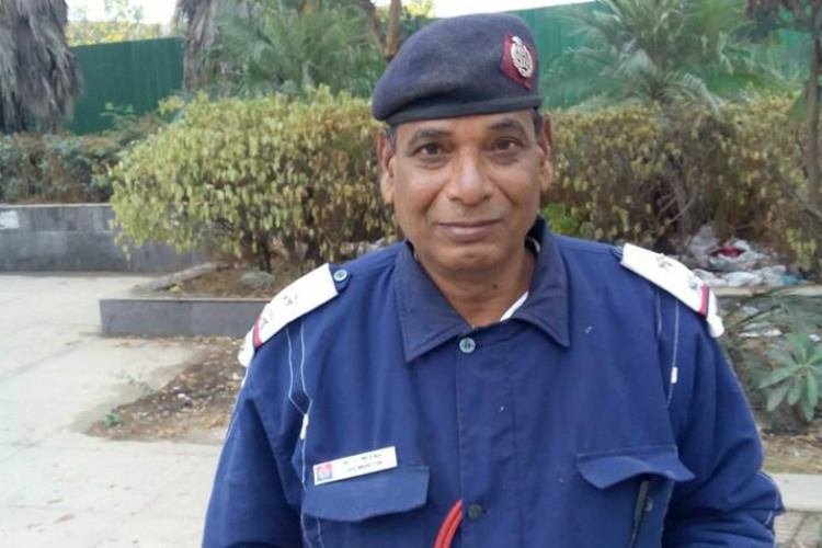 Bravo! This Delhi cop returns man's wallet with 50k in it. We need more such policemen in India