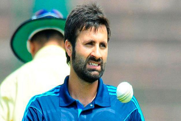 Parvez Rasool chews gum while National Anthem plays, Twitterati wants him to be thrown out of Indian team