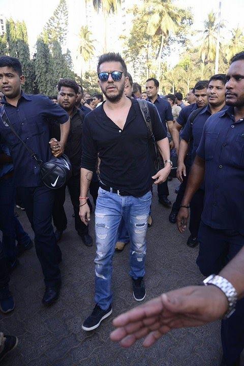 Producer Rahul Dholakia too accompanied Shah Rukh Khan in train