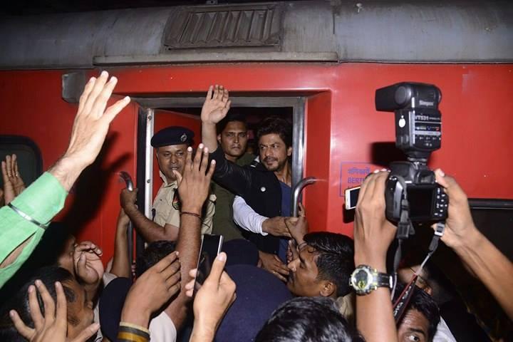 Shah Rukh Khan boards train from Mumbai