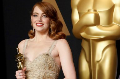 Emma Stone poses with her Oscars Award. (Courtesy: Reuters)