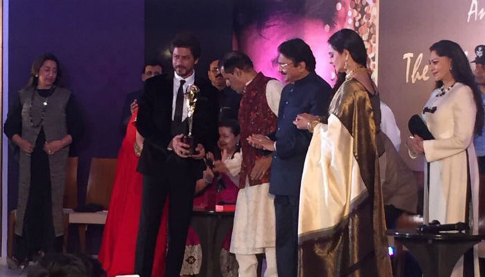 srk-receives-the-yash-chopra-memorial-award-1