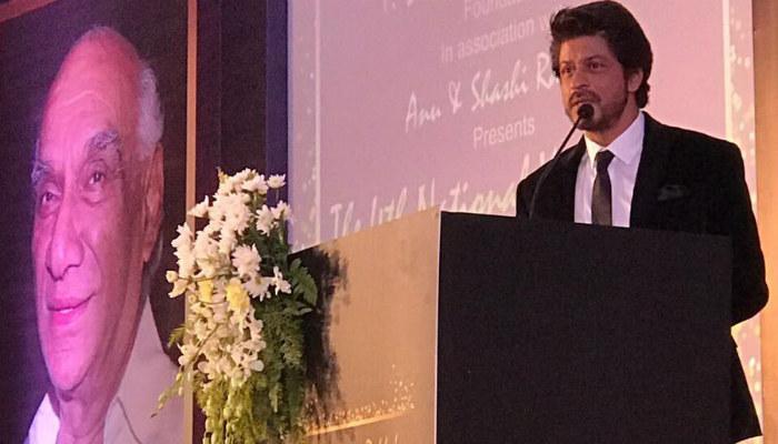 srk-receives-the-yash-chopra-memorial-award-2