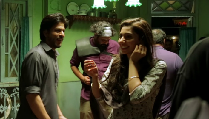 Shah Rukh Khan shares a candid moment with Mahira Khan on the sets of Raees. (Courtesy: YouTube/Red Chillies Entertainment)