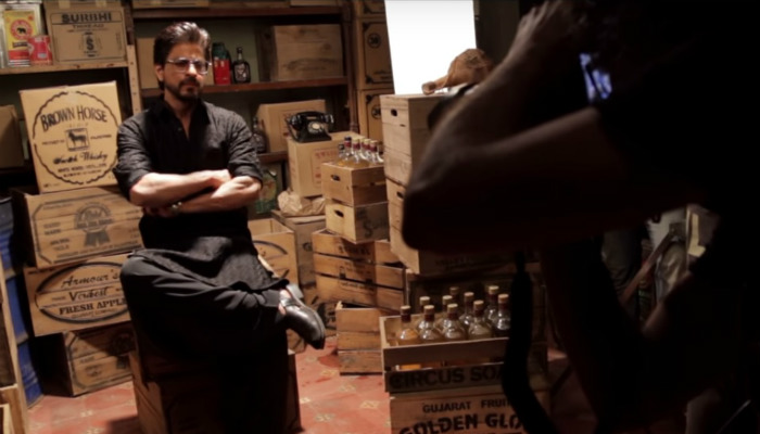 Shah Rukh Khan posing during a photoshoot for Raees. (Courtesy: YouTube/Red Chillies Entertainment)