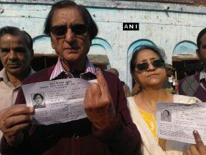 Urdu poet Wasim Barelvi casts his vote (PIC ANI)