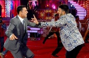 Akshay Kumar and Ranveer Singh (Courtesy: Twitter/@mhonemusic)