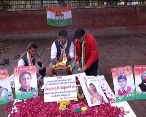 Prayers being performed outside Congress headquarters in Delhi for Dimple Yadav (PIC ABP)