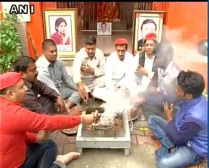 Samajwadi Party workers perform Havan in Lucknow (PIC ANI)