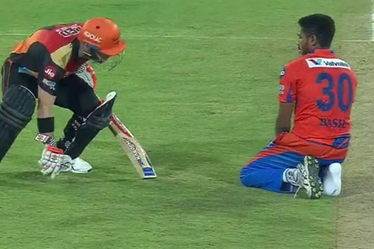 SRH beat Gujarat Lions by 9 wickets