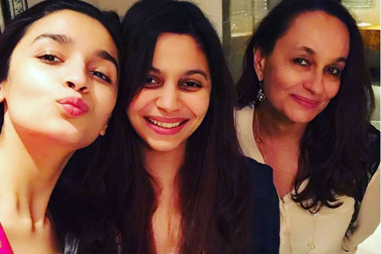 alia-bhatt-with-mother-soni-razdan-and-sister-shaheen-bhatt