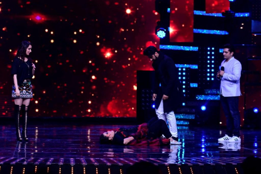 arjun-kapoor-teaching-some-steps-to-bharti-singh-on-the-sets-of-nach-baliye-8