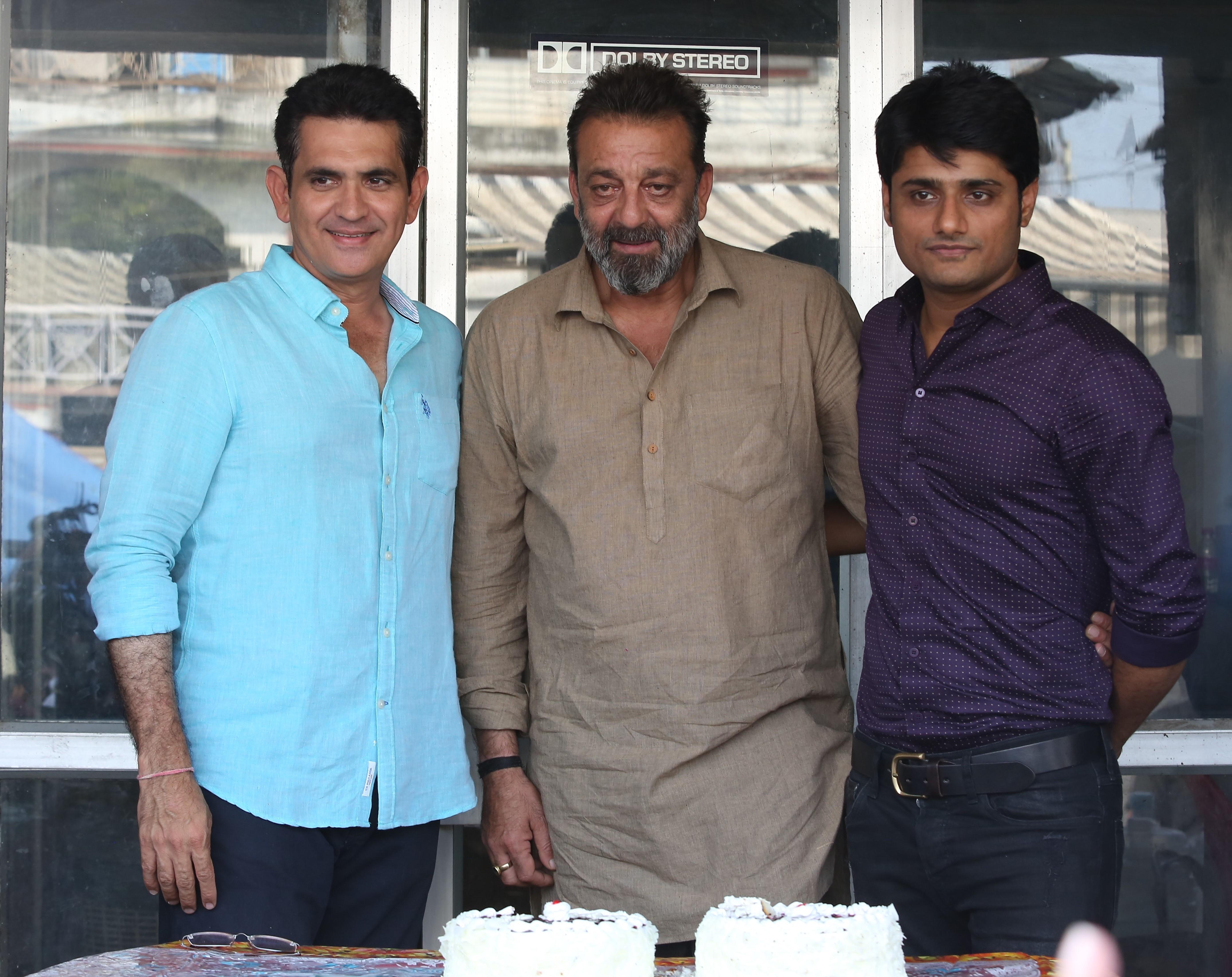 bhoomi-last-day-sanjay-dutt-cake-cut-3
