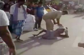 Cop thrashing rickshaw-puller