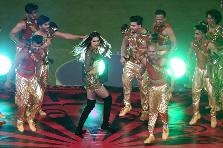 Bollywood actress Kriti Sanon performing at the opening ceremony during IPL match between Royal Challengers Bangalore and Delhi Daredevils in Bangalore (PIC @IPL Twitter)