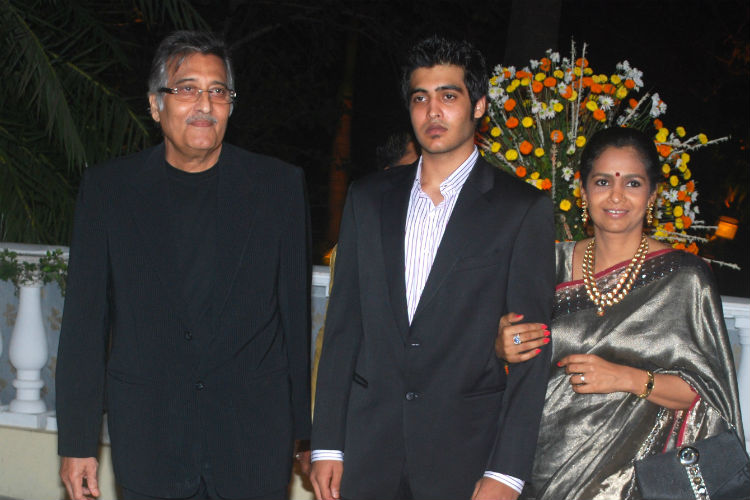 vinod-kahnna-with-family