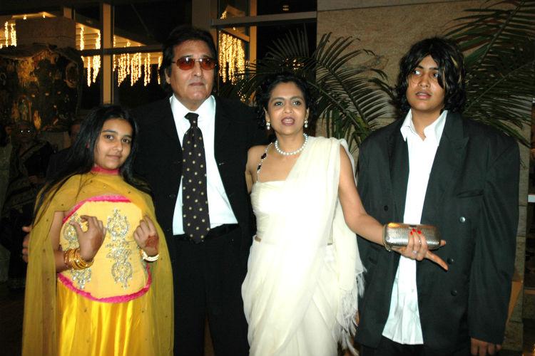 vinod-khanna-with-family-6