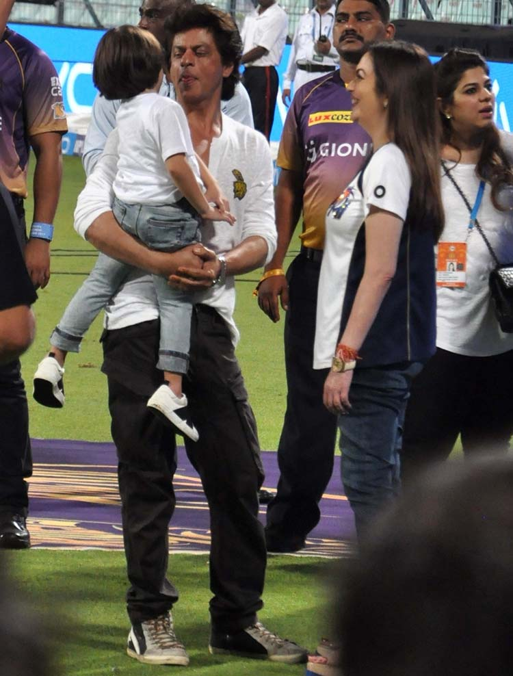 Shah Rukh Khan and Abram indulge in a conversation with Nita Ambani at Eden Gardens