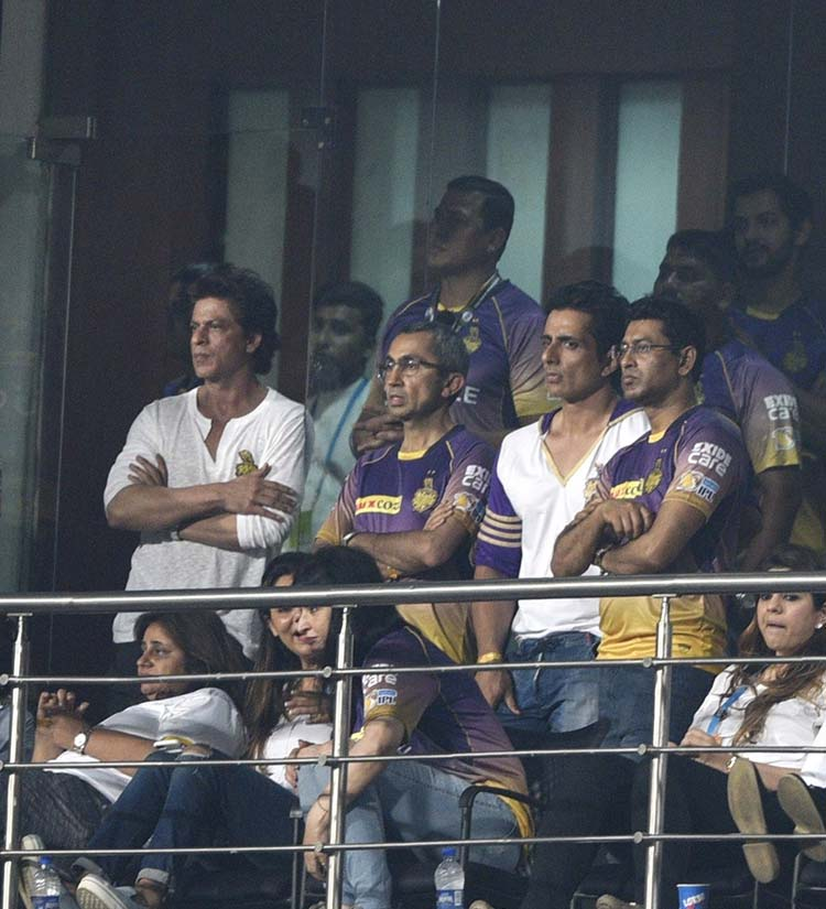 Shah Rukh Khan and Sonu Sood enjoying the match at Eden Gardens