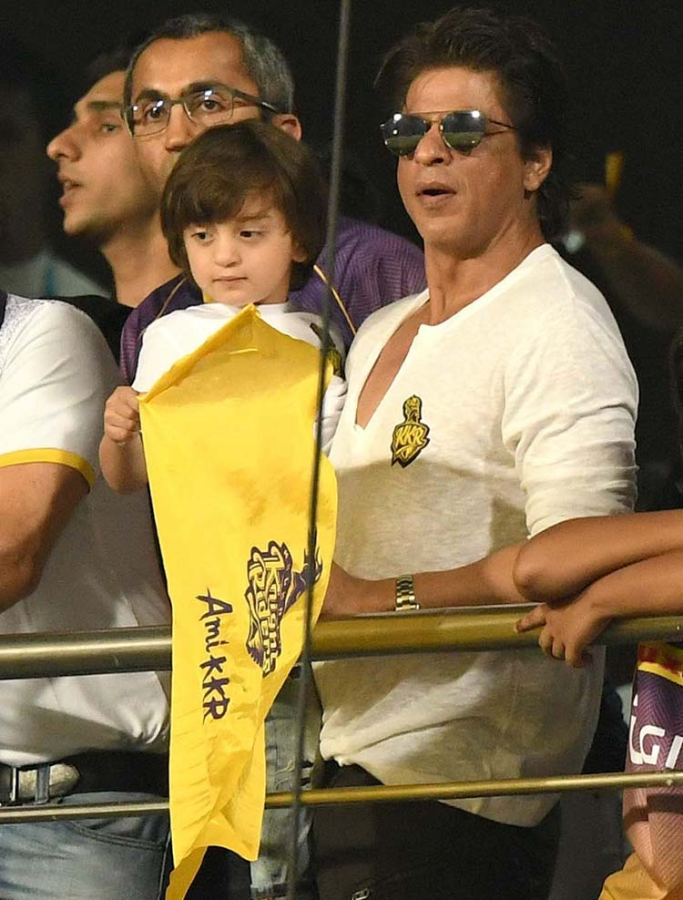 Shah Rukh Khan and Abram on the stands at Eden Gardens