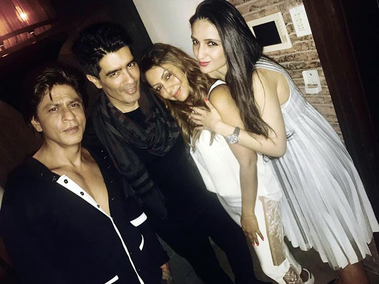 Shah Rukh partying the night out with friends