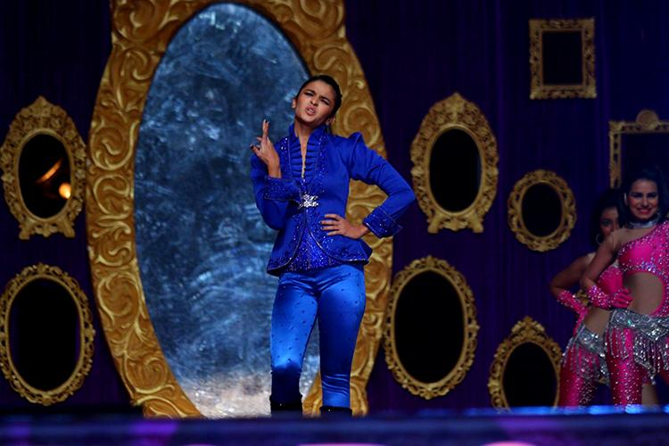Alia Bhatt performing at Sansui Stardust Awards 2015