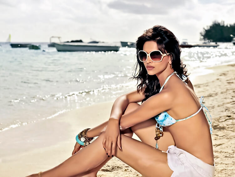 Deepika Padukone is looking hot in this bikini