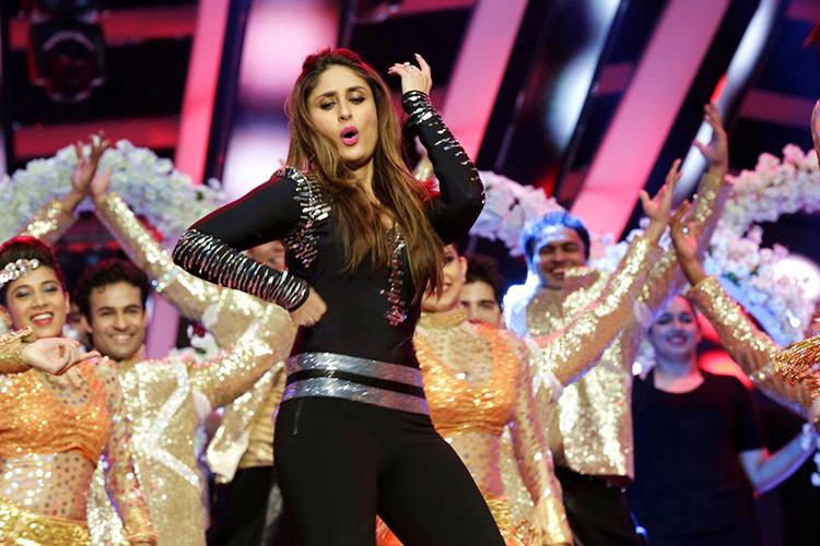 Kareena Kapoor performing at the Times Of India Film Awards 2016