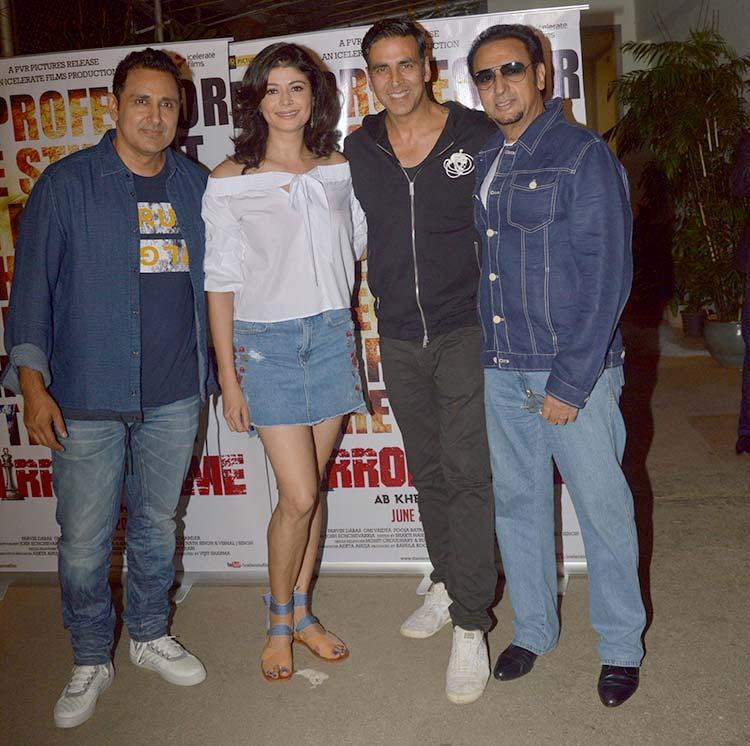 Akshay Kumar with Pooja Batra and Gulshan Grover at Mirror Game screening