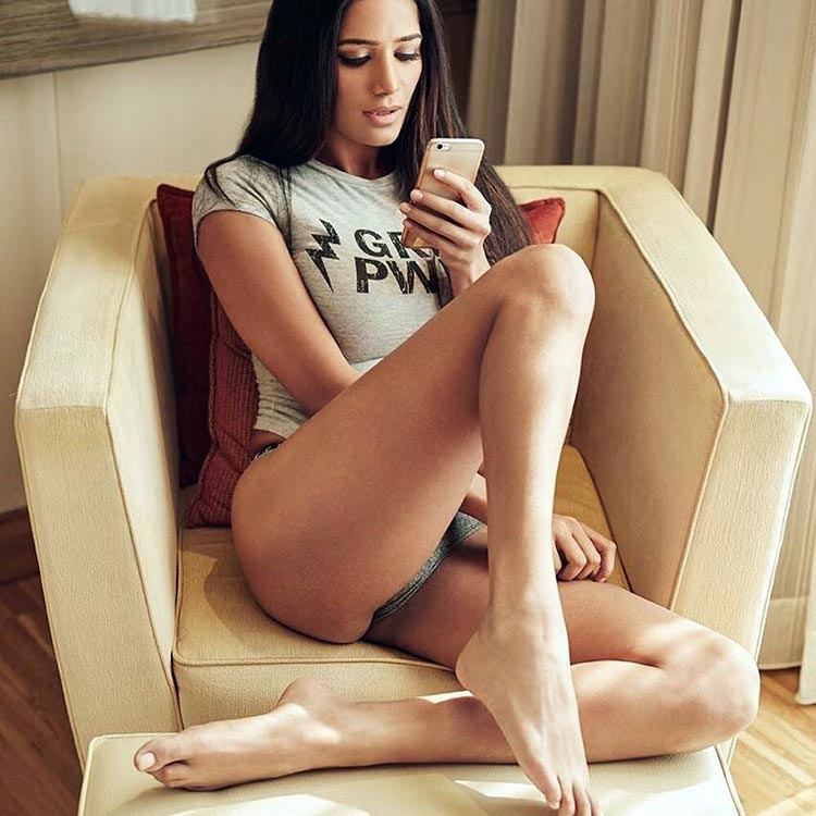 Poonam Pandey Flaunting Her Sexy Legs