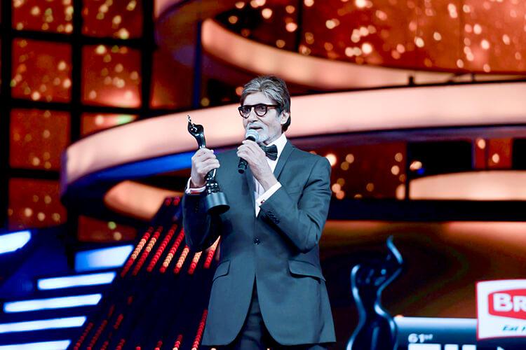 Amitabh Bachchan with his Filmfare award