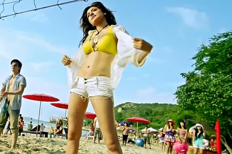 Anushka Sharma flaunts her body in bikini