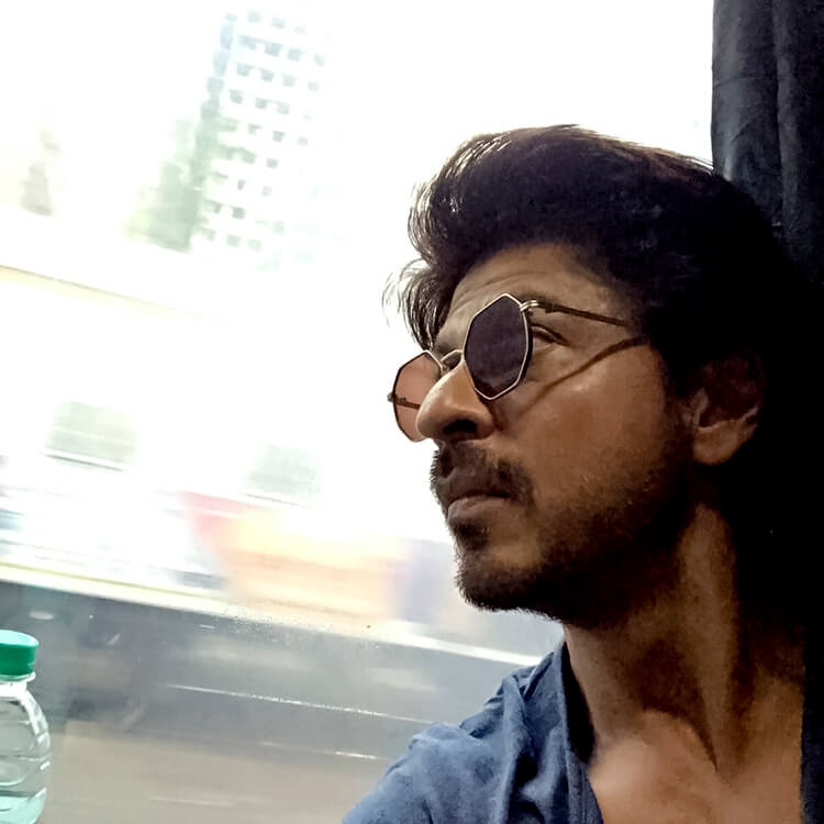 A nostalgic Shah Rukh Khan is looking amazing in this candid photo