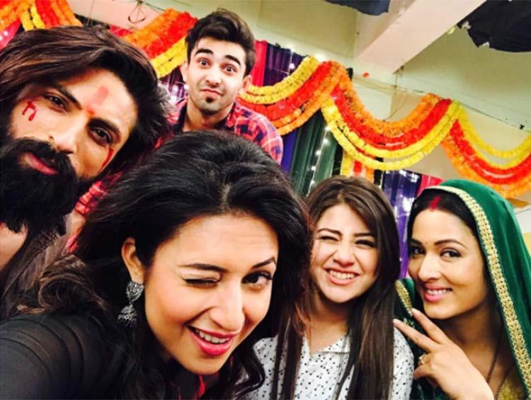 Divyanka Tripathi's goofy selfie with Yeh Hain Mohabbatein team