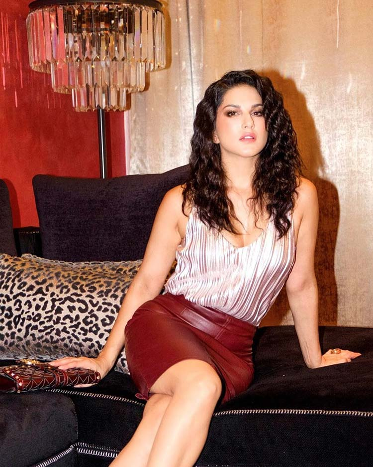 You will get lost in hot Sunny Leone's beachy curls