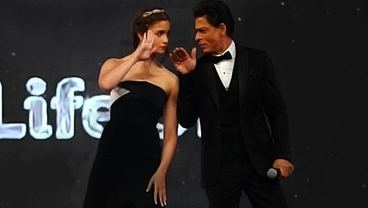 Alia Bhatt with Shah Rukh Khan at 21st Screen Awards