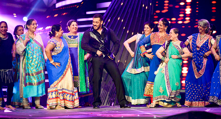 Salman Khan performing at Filmfare Awards 2016