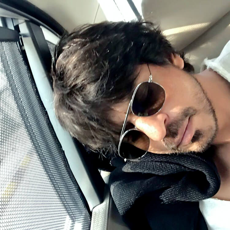 This candid pic of a tired Shah Rukh Khan is super-cute
