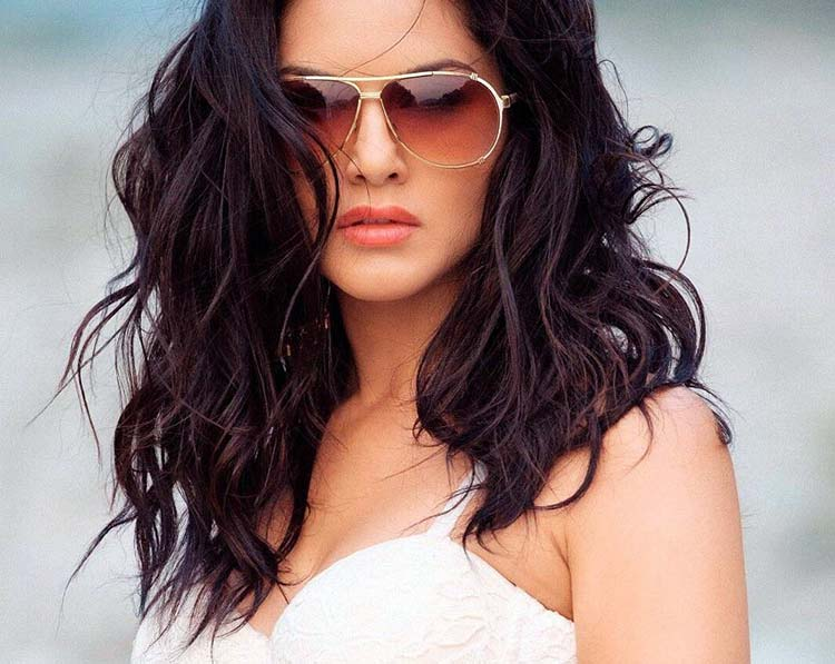 Hotness alert! Sunny Leone is out on kill