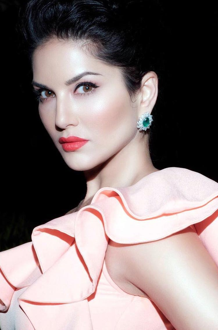 Sunny Leone's hot and vibrant look will melt your hearts