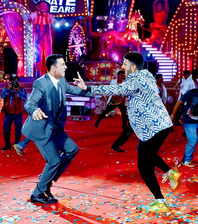 Akshay Kumar dancing with Ranveer Singh at Star Screen awards 2016