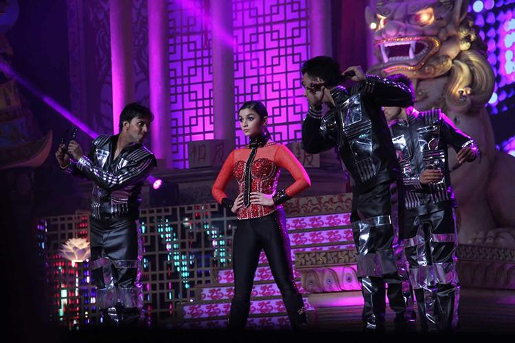 Alia Bhatt on the stage of Big Star Entertainment Awards 2015